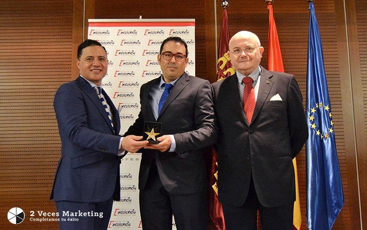 La-Agencia-2-Veces-Marketing-premiada-con-la-'Estrella-de-Oro'-al-Mérito-Empresarial-por-IEP.